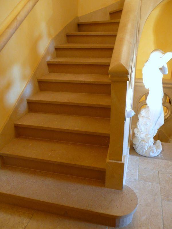 marches d 39 escalier int rieur en pierre c nia flamm e france azur france azur. Black Bedroom Furniture Sets. Home Design Ideas